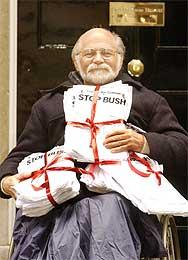 Den amerikanske forfatteren Ron Kovic, som ble lam under Vietnam-krigen, med protestlister utenfor Downing Street 10 (Scanpix/AP)