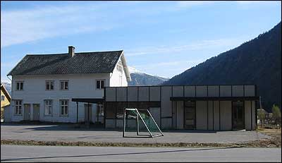Gamleskulen i Gaupne. (Foto: Ottar Starheim, NRK © 2003)