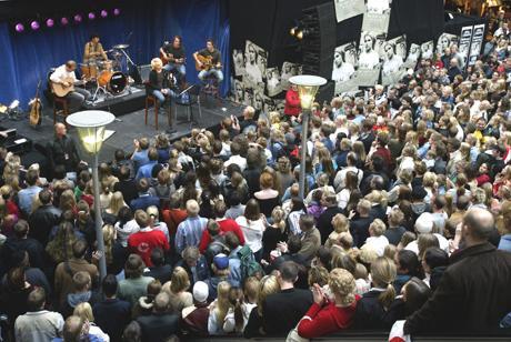 Lene Marlin holdt en minikonsert tidlig i høst på kjøpesenteret Oslo S. Mange hundre møtte frem for å høre henne. Nå blir det kanskje flere som får se henne på scenen. Foto: Tor Richardsen/Scanpix.