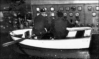 I 1975 var det ingen store ulukker under ein flaum, men dei tilsette måtte ta i bruk båt inne i Herva kraftstasjon. (Foto: Fortun kraftverk)
