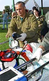 En alvorlig skadd kvinne blir brakt til sykehus (Scanpix/Reuters)
