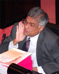 Statsminister Ranil Wickremesinghe var uenig i kritikk fra presidentens støttespiller i dag. (Foto: AP/Scanpix)