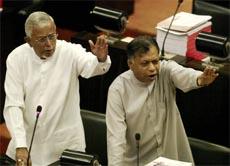 Uro og munnghuggeri i nasjonalforsamlingen i Sri Lanka i dag. (Foto: Reuters/Scanpix)