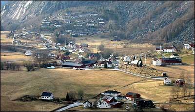 Kulturlandskap i Gaupne. Gamlekyrkja ligg på vollen litt til høgre for midten. (Foto: Arild Nybø © 2003)
