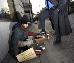Lars Midthun pusser sko i Karl Johans gate i Oslo. Foto: SCANPIX