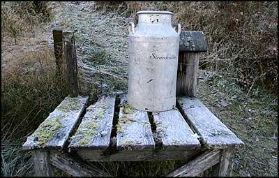 Mjølkerampe i Jølster. Denne er ikkje lenger i bruk. (Foto: Arild Nybø © 2003)