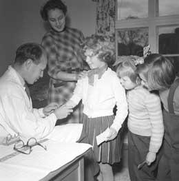 Poliovaksine av barn tok til i 1956. Foto: Scanpix.