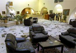 Sheraton-hotellet etter rakettangrepet (Scanpix/Reuters)