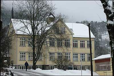 Gamleskulen i Førde frå 1894. (Foto: Arild Nybø, NRK © 2002)