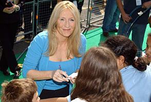 JK Rowling tar seg tid til å skrive autografer til og snakke med unge Harry Potter-lesere(Foto: AP/Scanpix)