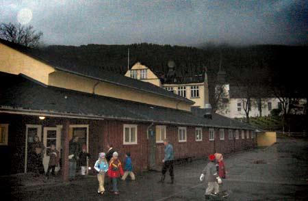 Ungane ved Førde barneskule var fredag morgon samla for å høyre og snakke om brannen. Foto Ragnhild Eikenes © NRK