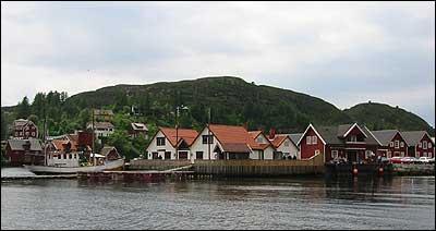 På Knutholmen er framleis bygningane etter Melstvedt og Lesøe sentrale element. (Foto: Arild Nybø © 2003)