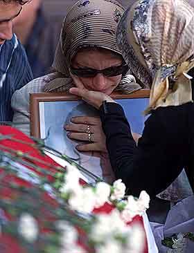 Nilufer Tezel  trøstes av sine nærmeste ved sin manns kiste. Han ble drept av bomben mot det britiske konsulatet. Foto:  Osman Orsa, APl