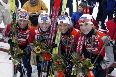Norge tok seieren i søndagens 4x5 km WC -stafett på Beitostølen. Laget besto av fra venstre: Marit Bjørgen, Hilde Gjermundshaug Pedersen, Vibeke Skofterud og Kristin Steira. (Foto: SCANPIX )