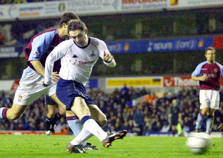 Robbie Keane har lurt Ronny Johnsen og setter ballen i mål (Foto: Scanpix)
