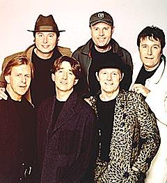 The Holles sin besetning i 2000 bestod av (bak fra venstre) Alan Coates, Ian Parker, Ray Stiles, (foran fra venstre) Carl Wayne, Tony Hicks og Bobby Elliott. Foto: Promo.