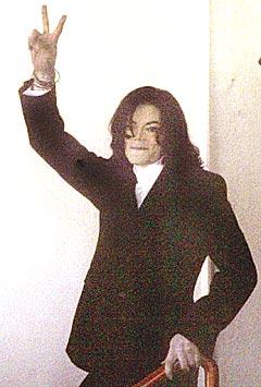 Michael Jackson viser et freds-tegn i det han forlater påtalemyndigheten i Santa Barbara. Nå bedyrer han at han vil bevise sin uskyld. Foto: REUTERS / Robert Galbraith.