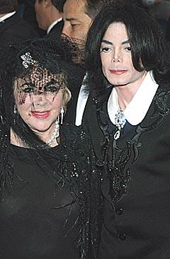 Michael Jackson sammen med sin venn, skuespilleren Elizabeth Taylor som støtter ham i kampen mot anklagene om barnemishandling. Foto: AFP PHOTO / Doug KANTER.
