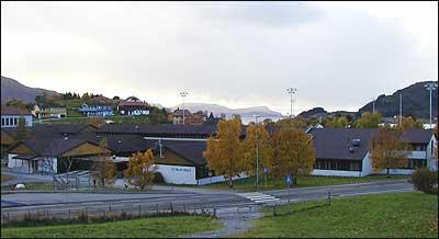 Selje skule i 2003. (Foto © Ole Bosnes)