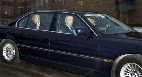 Kong Harald smilte og vinket da han forlot Rikshospitalet onsdag. (Foto: Scanpix / Erlend Aas)