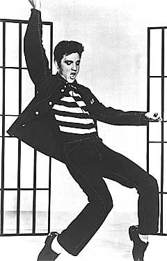 Elvis var den amerikanske go'gutten i starten av sin karriere, men begynte etter hvert å skyte i stykker sin egen tv. Foto: AP.