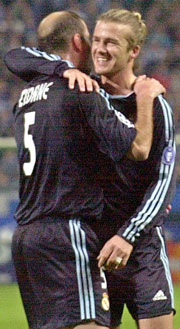 To frisparkeksperter: David Beckham omfavner Zinedine Zidane. Foto: NRK.