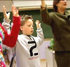 Bønn og tungetale er en vanlig del av hverdagen for skolebarna i Levende Ord-bevegelsen. Foto: Brennpunkt