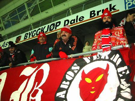 Benficasupporterne er alt på plass på Molde stadion. Foto: Gunnar Sandvik