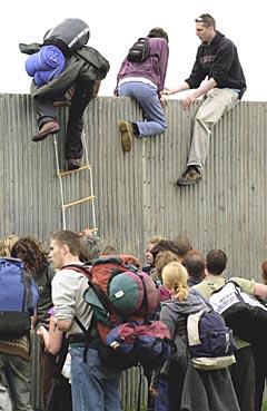Glastonbury fikk problemer for fire år siden da mange kom seg inn på ulovlig vis. Det endte med byggingen av et sikkerhetsgjerde. Foto: Toby Melville, AP Photo.