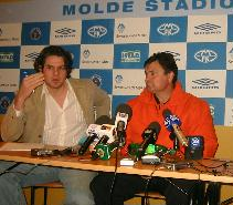 Tolk og tidlegare MFK-spelar Flaco og Benficatrenar Josè Antonio Camacho på pressekonferansen. Foto: Gunnar Sandvik