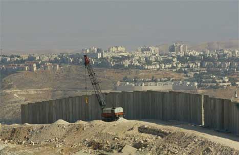 Muren går langt inn på okkuperte områder på Vestbredden.
