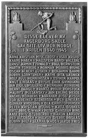 Bronserelieff på Fagerborg skole. To elever ble arrestert mens de gikk på Fagerborg skole under krigen: Rachel Feinberg og Kathe Lasnik.