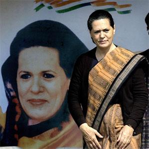 Sonia Gandhi foran en valgplakat av seg selv. (Arkivfoto)