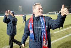 Tom Henning Hovi jubler etter kampen. (Foto: AP/Scanpix)