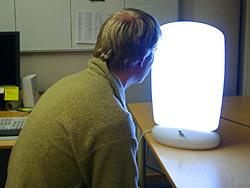 Å sitte foran et godt lys noen minutter hver dag gjør godt i høstmørket. Du kan få kjøpt spesielle skjermer som gir godt lys.