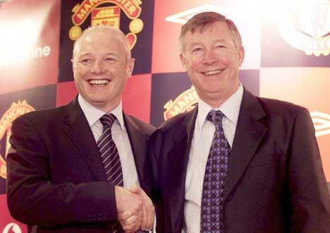 Peter Kenyon (t.v) var daglig leder i Manchester United og Alex Fergusons sjef. Nå er Kenyon i stedet sjef i Chelsea. (Foto: AP/Scanpix)