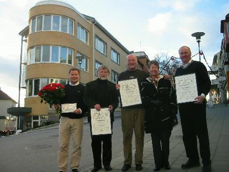 Stolte prisvinnere av Byggeskikkprisen 2003 sammen med leder i Byggeskikkutvalget Ingerid Gjørtz foran forretningsbygget i Myrabakken 1 i Molde. Foto: Gunnar Sandvik