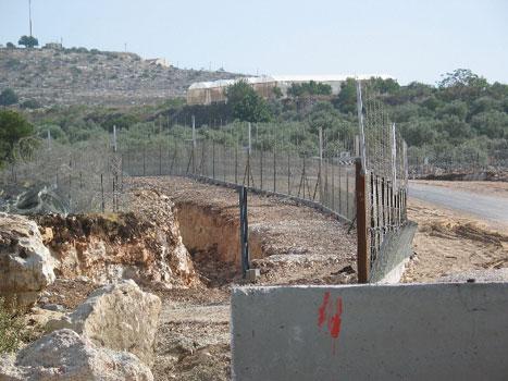 Elektriske gjerder og piggtråd bygges rundt flere og flere palestinske byer.