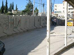 I den palestinske delen av Jerusalem kuttes gatene i to av muren.