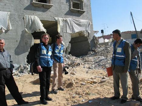 Kringkastingssjef John G. Bernander i ruinene av et hus i Rafah på Gazastripen.