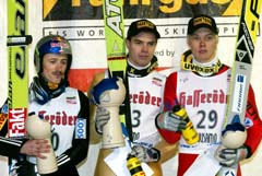 På pallen i verdenscup-åpningen. F.v. Adam Malysz, Matti Hautamäki og Veli-Matti Lindstrøm (Foto: Martti Kainulainen, AFP)