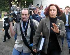 Spanias utenriksminister Ana Palacio ber om arbeidsro under Eu-toppmøtet for utenriksministre i Napoli. (Foto: AP/Salvatore Laporta)