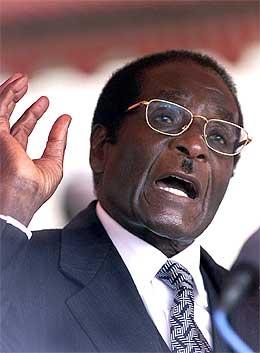 I en tale i Harare i går truet Mugabe med å trekke Zimbabwe ut av Samveldet (Scanpix/AFP)