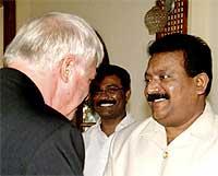 """""""Tiger""""-lederen Velupillai Prabhakaran ønsket Patten velkommen til samtaler på Sri Lanka tidligere i uka (Scanpix/AFP)"""