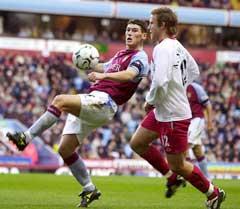 Aston Villas Gareth Barry i kamp med Southamptons Andes Svensson. (Foto: AP/Scanpix)