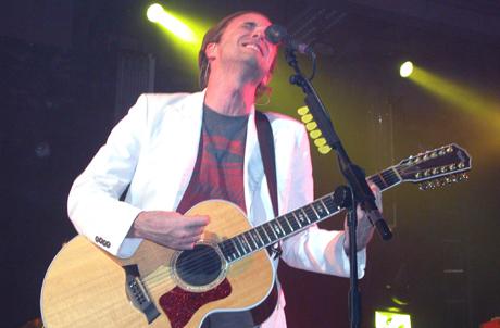 Fran Healy trivdes på scena i Trondheim, men han fortener langt bedre publikum og ikkje minst lyd når han syng frå hjertet på denne måten. Foto: Øyvind André Haram, NRK Musikk.
