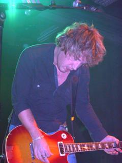 Andy Dundlop spelar gitar. Foto: Øyvind André Haram. NRK Musikk.