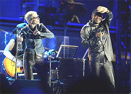 Annie Lennox sang sammen med den senegalesiske artisten Youssou Ndour. Foto: Obed Zilwa, AP.