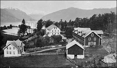 Ytre Kroken og skulen på 1930-talet. (Foto © Fylkesarkivet)