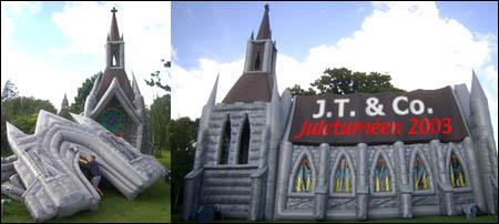 Showet har med seg sin egen oppblåsbare kirke.